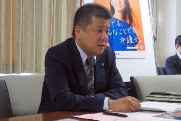 会見した日弁連事務次長の武内大徳弁護士