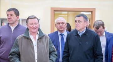 色丹島の病院を訪問したロシアのセルゲイ・イワノフ大統領特別代表(左から2人目)ら=2月26日(サハリン州提供、タス=共同)