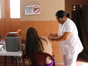サンサルバドルで女性の検診を行う現地保健省のスタッフ © ALEX PENA/MSF