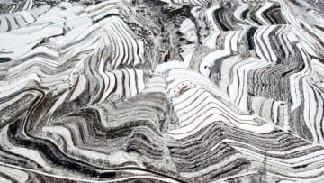 黄土高原に春雪 水墨画のような景色に 甘粛省定西市