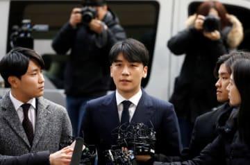 3月14日、韓国のソウル警察は、性的な不法行為が疑われている人気歌手2人から取り調べを行う予定だ。写真は、警察に到着した「BIGBANG(ビッグバン)」のV.I(ヴィアイ)ことイ・スンヒョン。売春をあっせんしていた疑いが持たれている - (2019年 ロイター/Kim Hong-Ji)