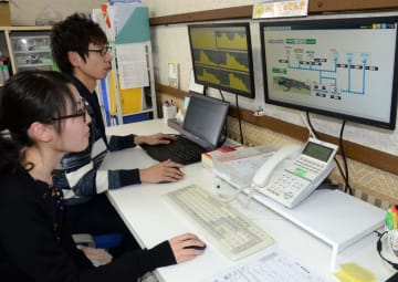 需給管理をする東松島みらいとし機構のスタッフ=2月25日、東松島市