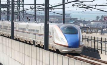 開業4年を迎えた北陸新幹線「はくたか」=14日、糸魚川市