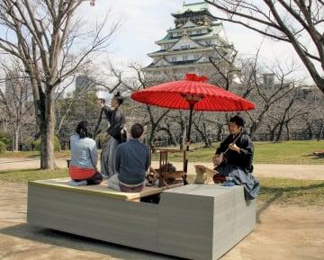 自動走行車を活用した観光サービスの実証実験=14日、大阪市の大阪城公園