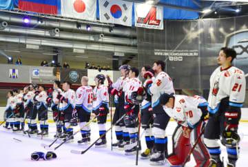 アイスホッケー、アジア・リーグのプレーオフ決勝第3戦で敗れ、整列する「日本製紙クレインズ」の選手たち=14日、ロシア・ユジノサハリンスク(共同)