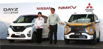 共同企画した新型軽自動車を披露する三菱自動車の益子会長兼CEO(右)と日産の星野専務執行役員