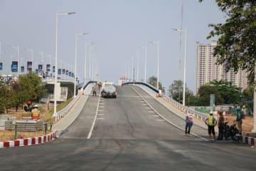 改修工事が近く完了する予定の日本友好橋=14日、プノンペン(NNA撮影)