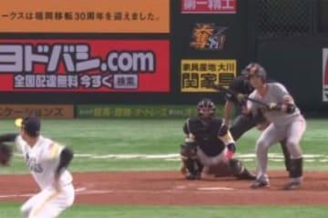 8回1死二、三塁の場面で巨人・小林誠司が2ランスクイズを決める【画像:(C)PLM】