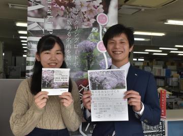 アイデアブックを作成した貝藤蒔奈さん(左)とWSを後押しする橋本務さん=桜川市役所真壁庁舎