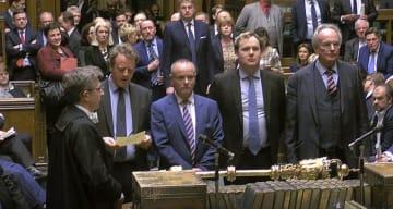 英下院でEU離脱延期の投票結果を発表する議員ら=14日、ロンドン(AP=共同)