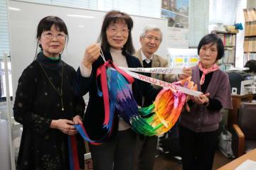 トランプ米大統領へ千羽鶴を送る国際交流部会の会員=長崎市役所