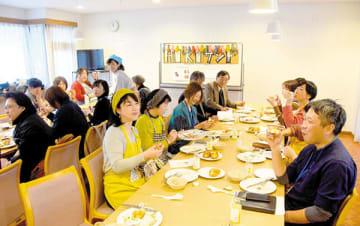 HIKIサンドの試食・意見交換会の様子=嵐山町菅谷の国立女性教育会館