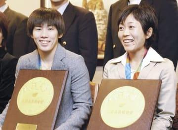 【初の県民栄誉賞を受け取った野口みずき選手(右)と吉田沙保里選手=三重県庁で(平成16年10月15日撮影)】
