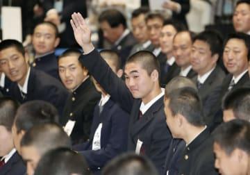 第91回選抜高校野球大会の選手宣誓に決まり、手を上げる広陵の秋山功太郎主将=15日午前、大阪市