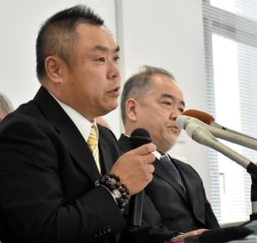 判決後の心境を語る菅野さん(左)と滝沢事務局長=14日午後、千葉市中央区