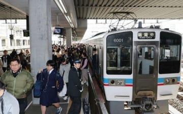 ダイヤ改定後は四国までの直通運転がなくなるJR瀬戸大橋線の普通列車(観音寺行き)=岡山駅