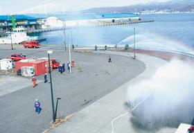 船舶から消防車両への中継送水の確認をする訓練
