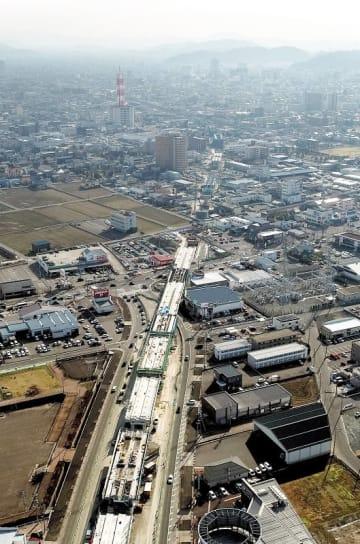 北陸新幹線の県内開業まであと4年。福井市中心部に向け、高架橋の建設が加速している=3月2日、福井県福井市開発5丁目上空から日本空撮・小型無人機ドローンで撮影