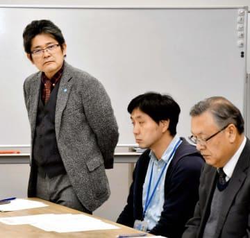 第9回笑顔甲子園の実行委員会の初会合で、あいさつする枝広委員長(左)