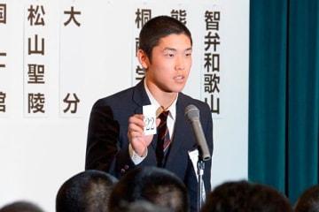 組み合わせ抽選会で番号札を示す八学光星の武岡龍世主将=15日午前、大阪市北区