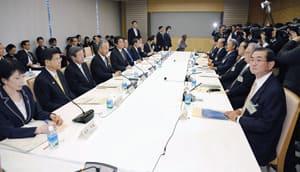 首相官邸で開かれた「官民対話」第3回会合。右端は江夏霧島酒造専務=26日午前