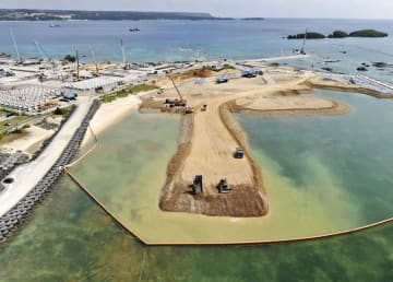 軍普天間飛行場の移設先として埋め立てが進む沖縄県名護市辺野古の沿岸部=14日(小型無人機から)