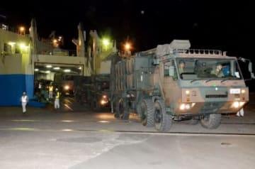 奄美に上陸する陸上自衛隊車両=奄美市の名瀬港