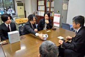 「COMUOON」の説明をする中石理事長(左から2人目)