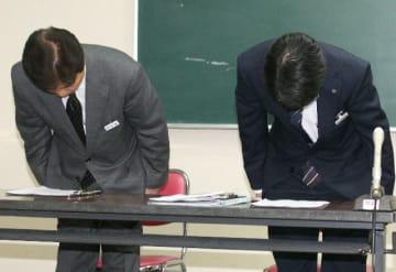 小学校臨時講師が不適切な投稿をしていたとして謝罪する宇佐市教委の竹内新教育長(右)ら=15日午後、宇佐市