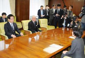 道庁で行われた島田JR北海道社長(左)への申し入れ