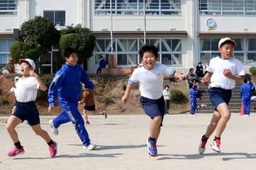 小中学生全員で遊ぶ「SZA」。鬼ごっこで、中学生(左から2人目)につかまらないよう逃げる小学生=平戸市立野子小・中