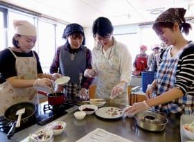 ヘルシーな料理を作る参加者たち