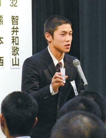 組み合わせ抽選会でくじを引き、番号を読み上げる八戸学院光星の武岡主将