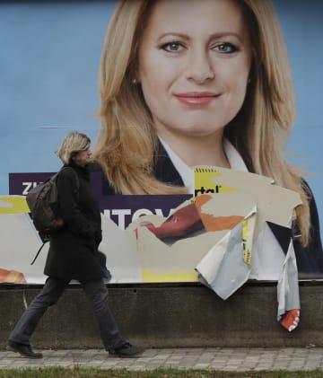 ズザナ・チャプトバ氏の選挙ポスター=15日、スロバキア首都ブラチスラバ(AP=共同)