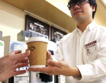 ローソンが一部店舗で始めた実験で導入している紙製のアイスコーヒーの容器