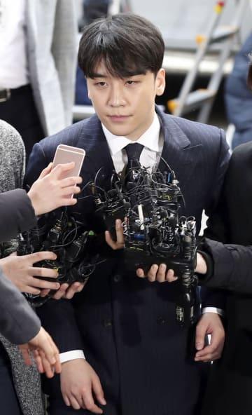 14日、ソウルで取り調べを受けるため警察に出頭したイ・スンヒョン(引退前の芸名V・I)氏(聯合=共同)
