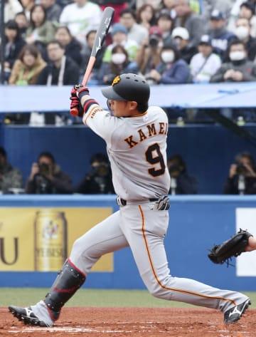1回、右中間に満塁本塁打を放つ巨人・亀井=神宮
