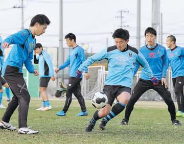 開幕を控えて練習するソニー仙台の選手