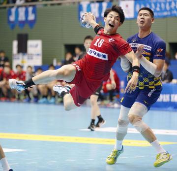 豊田合成―トヨタ車体 後半、トヨタ車体・吉野(18)がゴールを決める=駒沢体育館