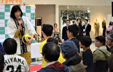 子どもたちにアドバイスする大林素子さん(左)