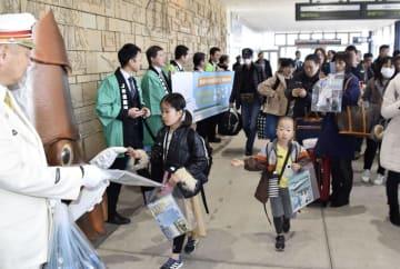 北海道新幹線から在来線に乗り継ぎ、JR函館駅に到着した乗客=16日午後、北海道函館市