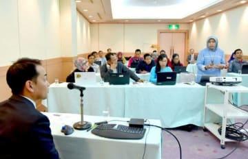 米戸教諭(左)の特別講義に臨むインドネシアの教育関係者