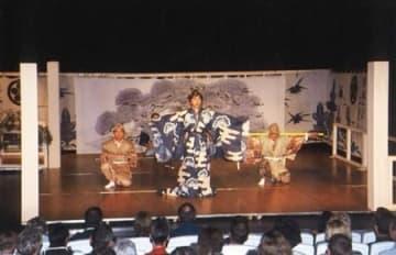 ドイツで初公演を行い、好評だった大須戸能=2000年、ドイツ・バウエルバッハ村