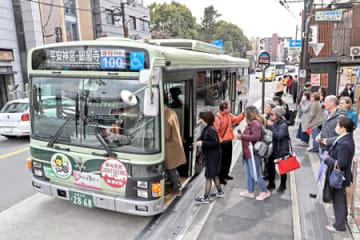 「前乗り後降り」方式が導入された100号系統の京都市バス(16日午後1時5分、京都市東山区)