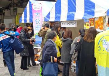 多くの買い物客らでにぎわった「九州まるごと観光物産展 in 有楽町」=16日午後、東京都千代田区
