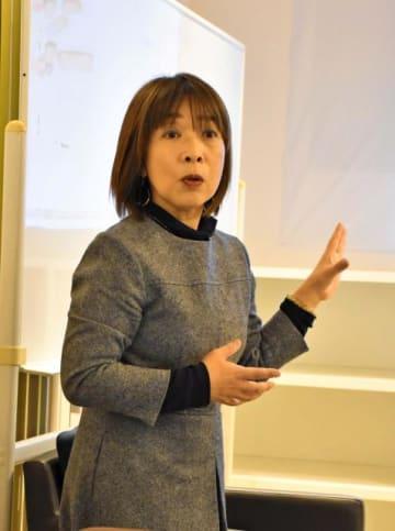 分散投資の運用などについて解説したファイナンシャルプランナーの横山さん=16日午前、宮崎市