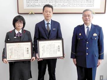 表彰された古旗浩樹局長(中央)、天木由美さん(左)と鈴木泰弘署長(当時)=岩槻署(県警提供)