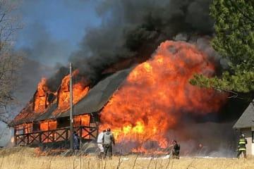 激しく炎上するロッジ=16日午後1時43分、竹田市久住町久住