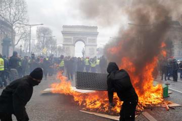 16日、パリ中心部で燃えさかるバリケード(ロイター=共同)