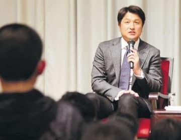 トークショー終了後、参加者の質問に答える高橋さん